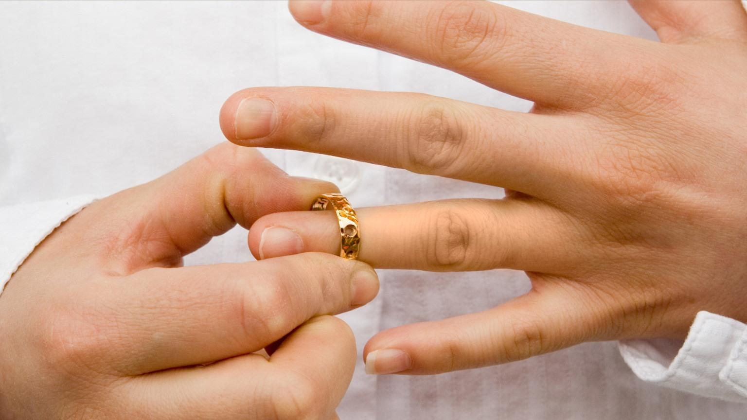 wedding ring off